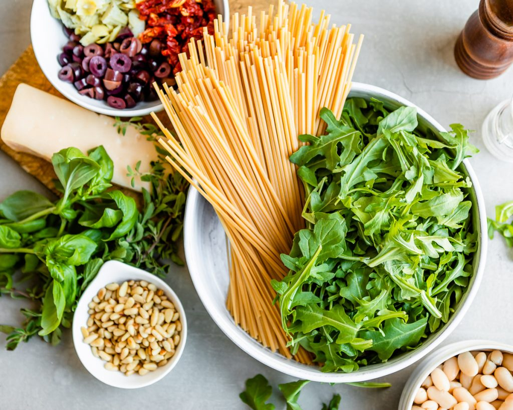 Mediterranean Pasta with White Beans and Arugula | HelloVeggie.co #vegetarian #pasta